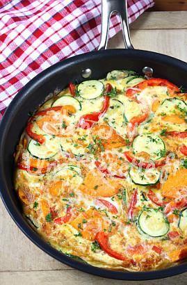 Omlet ze świeżą cukinią, pomidorami i ziołami