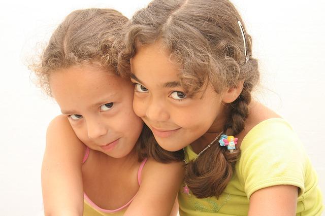 Dzieci bawią się razem i łatwo zarażają