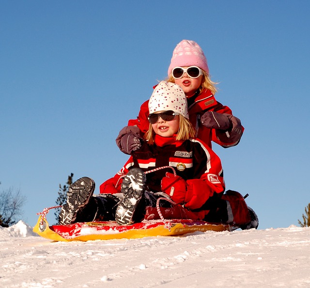 Kombinezon sprawdzi się na spacerach zimowych.