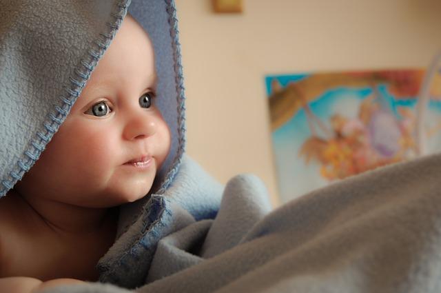 """źródło: AZS to skrót, który bardzo często pojawia się na forach rodziców z małymi dziećmi. Oznacza on """"atopowe zapalenie skóry"""", czyli poważne problemy z pielęgnacji dziecka. Skóra jest szorstka, łuszczy się, jest zaczerwieniona, bardzo sucha i swędzi.   Skóra dziecka jest niewykle wrażliwa. I to nie tylko na czynniki zewnętrze, takie jak słońce, wiatr, mróz, szorskie lub wyprane w nieodpowiednim proszku ubranko. Na skórze widać też natychmiast objawy alergii, wynikającej z niedojrzałości układu pokarmowego dziecka, ale także z wrażliwości na niektóre składniki pokarmów. Atopowe zapalenie skóry u niemowląt to często pierwszy objaw skazy białkowej czy problemów z trawieniem laktozy z mleka.   Aby poradzić sobie z suchą i zaczerwienioną skórą dziecka trzeba działać na wielu płaszczyznach. Oczywiście należy bardzo przestrzegać diety. Jeśli mama karmi piersią to wszystko co je i wypija przechodzi do mleka, a następnie do organizmu dziecka, w którym może wywoływać alergię. Mama karmiąca mlekiem modyfikowanym powinna poprosić w aptece o mleko dla dzieci ze skłonnością do alergii albo nawet wziąć receptę na specjalistyczny preparat do karmienia dzieci alergicznych.   Oczywiście dodatkowej pielęgnacji wymaga skóra malucha. Dziecko trzeba kąpać w delikatnych, natłuszczających emulsjach, nie wolno go intensywnie wycierać ręcznikiem. Na wszelkie zmiany należy nakładać krem dla niemowląt z atopowym zapaleniem skóry. Pomaga on odbudować ją, łagodzi świąd, zaczerwieniani, sprawia, że staje się lepiej nawilżona, gładka i zdrowsza."""