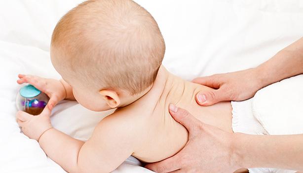 Masowanie dziecka wpływa na jego rozwój