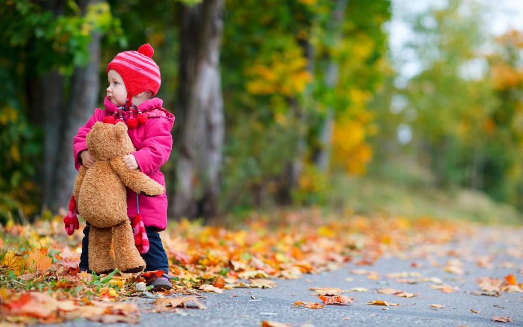 Jesień nie zwalnia nas ze spacerów z dzieckiem.