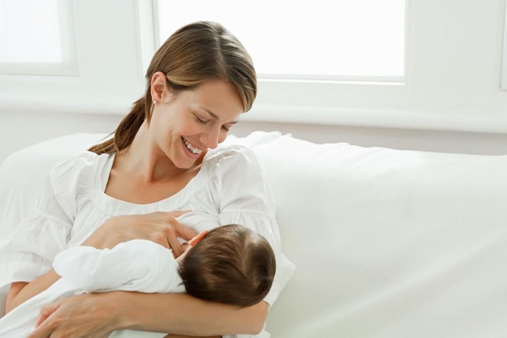 Dieta mamy karmiącej nie może być restrykcyjna, ale trzeba unikać pokarmów wywołujących alergię u niemowląt