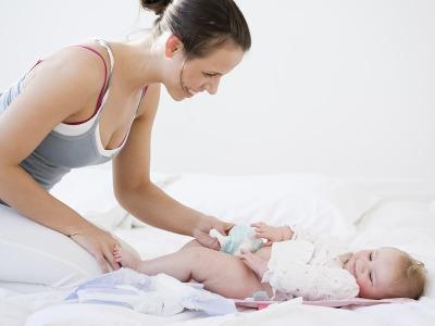 Przewijanie dziecka na początku nie jest łatwe