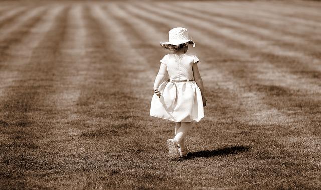 Dziecko na spacerze narażone jest na działanie słońca, ale też owadów