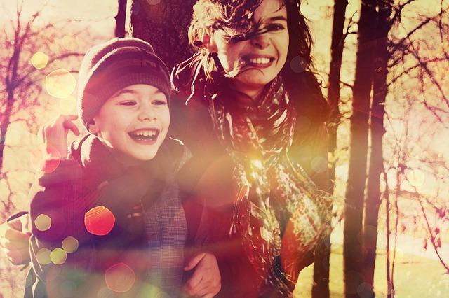 mama z dzieckiem szczęśliwi podczas jesiennego spaceru - syrop pelavo