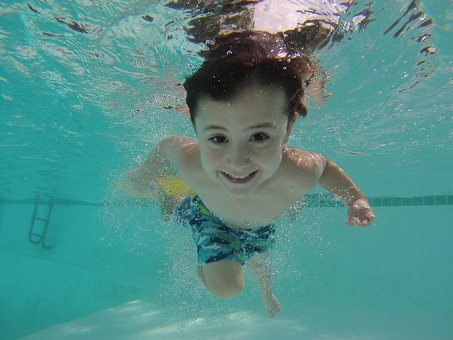 Dziecko, które chodzi na basen i dużo się rusza, rzadziej choruje. Niezależnie od pory roku.