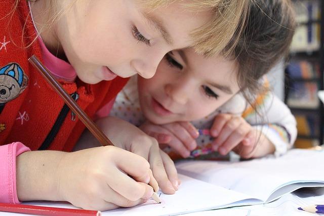Dziecka z gorączką nie warto zaprowadzać do szkoły. A co, jeśli ma katar?