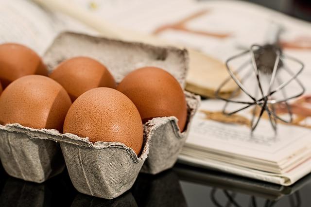 biegunka u dziecka - surowe jajka w opakowaniu