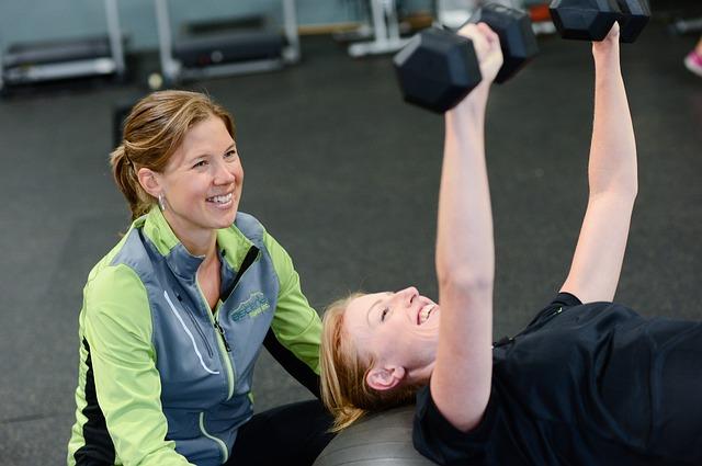 dwie szczęśliwe kobiety ćwiczą na sołowni