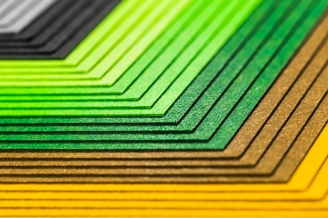 Kolorowy papiepołożony jeden na drugim od pomarańczowego przez złoty po wszystkie odcienie zieleni , czarny i srebrny