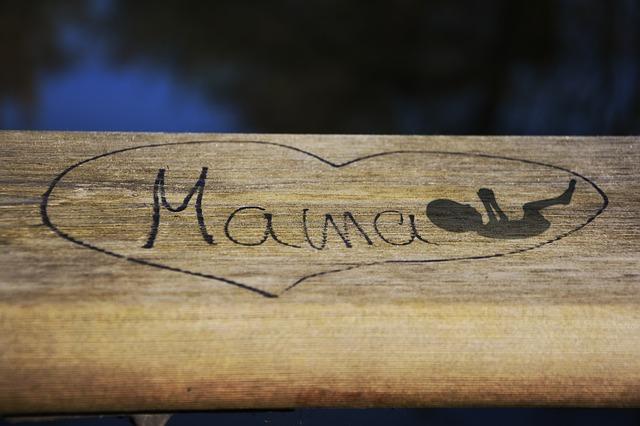 deska z namalowanym sercem a w środku napis mama i narysowane niemowlę - elevit w ciąży