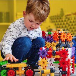 dziecko i klocki konstrukcyjne